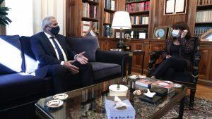 Σακελλαροπούλου με γ.γ. ΑΚΕΛ για τουρκική παραβατικότητα και στήριξη Ελλάδας σε Κύπρο